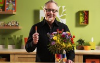 How to Decorate a Cylinder Vase of Flowers with Sharpies!