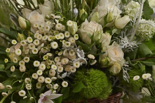 How to arrange flowers: Vintage Meadow & Moss themed centerpieces!