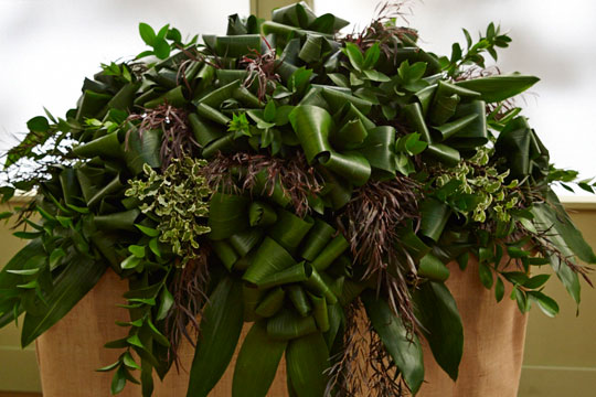 How to arrange flowers_All Foliage Casket Spray