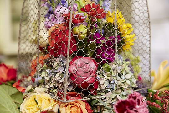 How to Arrange Flowers_Fleur la Table' Chicken wire cloche' centerpiece